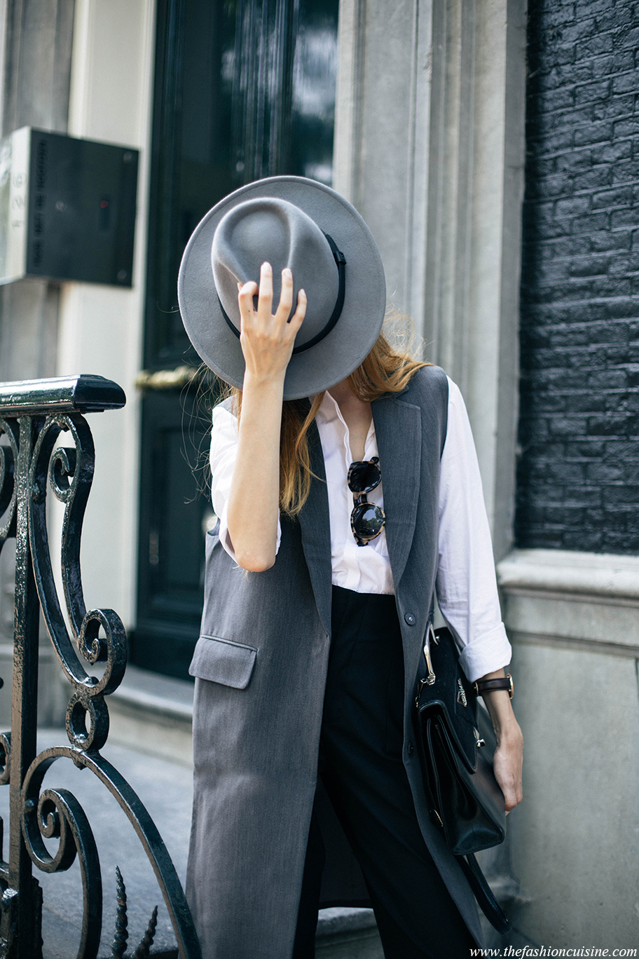 Beatrice_Gutu_灰色针织衫半身开衩裙黑色运动鞋手提包3.jpg